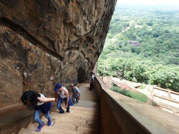 シーギリヤ・ロックの頂上へは、急な階段を上って行きます