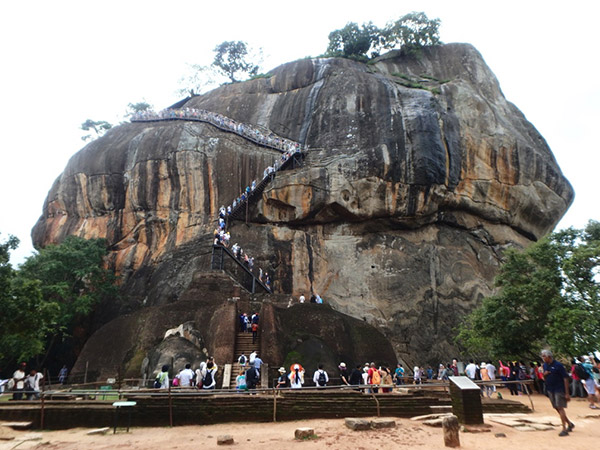 岩山の中腹に描かれているシーギリヤ・レディを見学した後、さらに階段を上るとライオンの入口と呼ばれている宮殿の入口がある広場に出ます。ここで頂上を見上げながら一休み