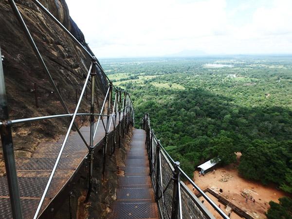 ライオンの入口からは、岩山に張り付くように付けられている鉄製の階段を上って頂上を目指します。手すりの下が大きく開いていので、高所恐怖症の人はちょっと怖いかも