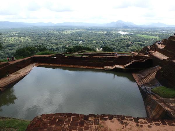 頂上から少し下ったところにある、ビックリするほど大きな王のプール