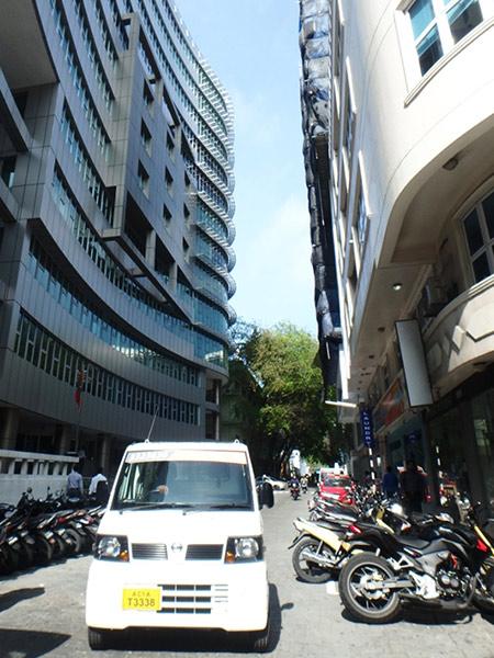 マレ市内を走る軽トラタクシー。運賃は交渉制