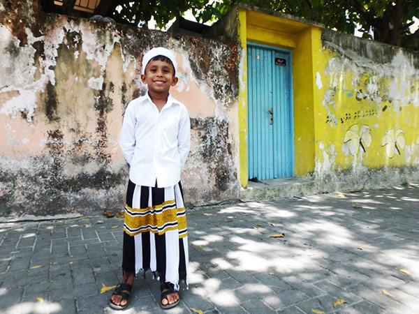 ビリンギリ島で出会った笑顔が素敵な少年。この日は文化の日のような日で、ここやマレでは伝統衣装を着ている子供たちを多く見かけました