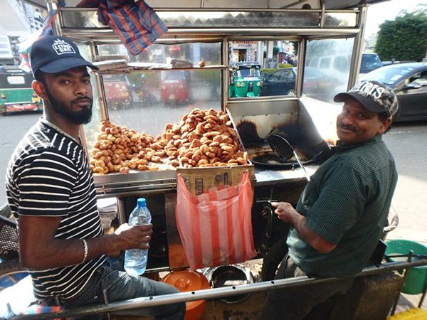 ヌワラ・エリヤでは美味しい安食堂を見つけることが出来ず、食べていたのは揚げ物とバナナ。このお店のオニオンと呼ばれているウルンドゥ・ワデーはクセになる美味しさでした♪1個約8円