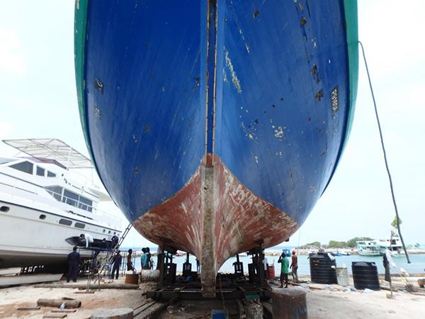 グリ島で修理されていた大きな漁船。モルディブの主要産業は漁業で、港にはたくさんの漁船が並んでいます