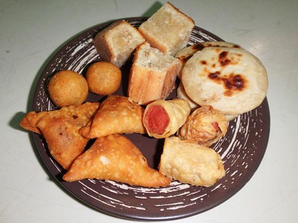 グリ島のローカル食堂で食べたヘディカ(油で揚げたスナック)。中身はスパイスで味付けされたカツオやタマネギなど。左上の丸いフィシュボール(1つ約15円)の衣はお米なのだそうで、カリッとしていてとても美味