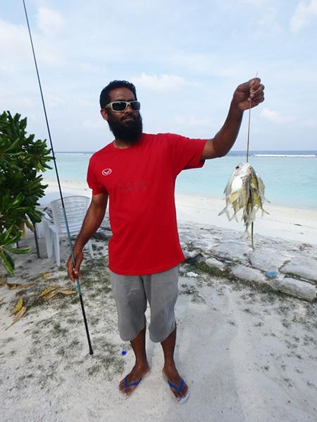 マアフシ島のビーチで釣りをしていた男性。「針が無くなったので今日は終わり」と言って帰って行きました。お疲れ様です