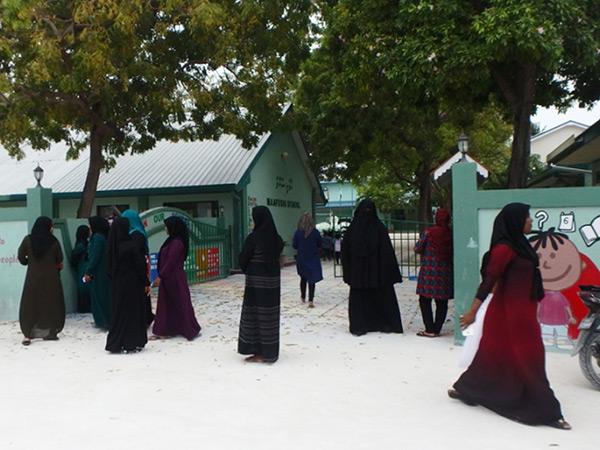学校に子供を迎えに来ているママたち。モルディブの国教はイスラム教で、女性たちは顔と手以外を隠す服装をしています