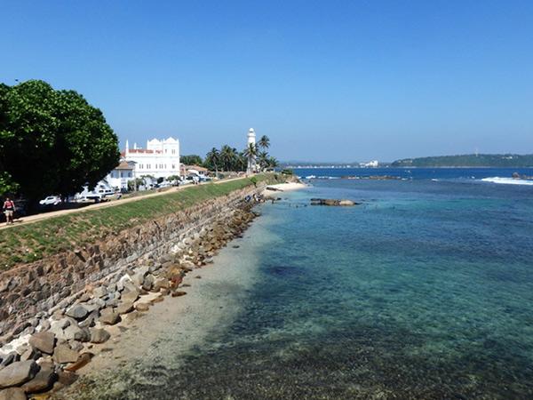インド洋に突き出た小さな半島にあるゴールの旧市街。砦の上からはコロニアル建築が立ち並ぶ町並みや、透き通った海を見渡すことが出来ます