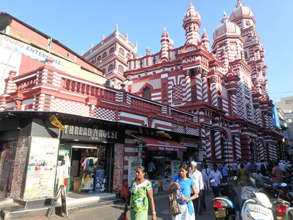 下町のペター地区にある1909年に建造された美しいモスク、ジャミ・ウル・アルファー・モスク Jami Ul Alfar Mosque。礼拝の時間には続々と人々が集まってきていました