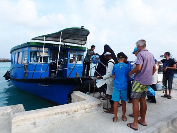 首都マレからグリ島経由でマアフシ島に向かう公共フェリー。マレ〜マアフシとマアフシ〜グリ間の運賃はどちらも22ルフィア(約163円)