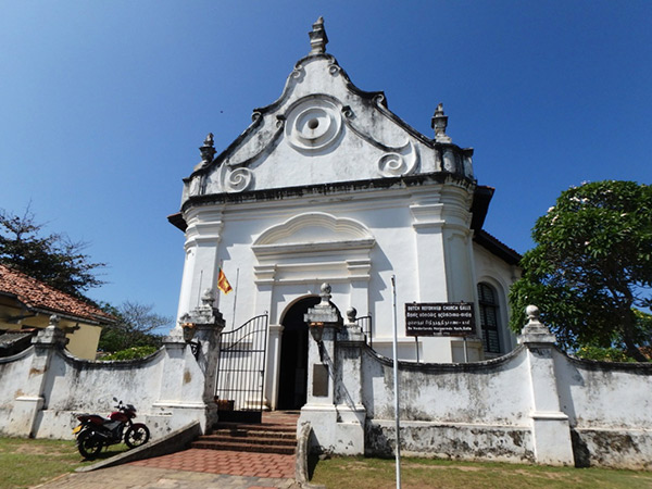 ゴールの旧市街に立つ、オランダ植民地時代に築かれたオランダ教会。通りには歴史を感じさせる建物が立ち並んでいます