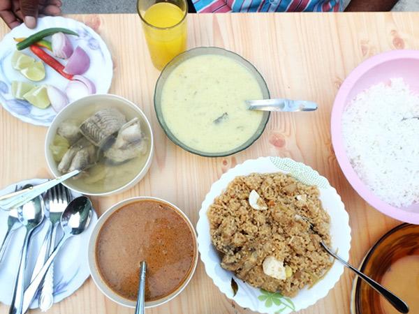 ご馳走になったモルディブの家庭料理。魚のスープとチキンのビリヤニ(炊き込みご飯)、ココナッツ風味のカレー。スリランカと同じくカレーはとってもスパイシー