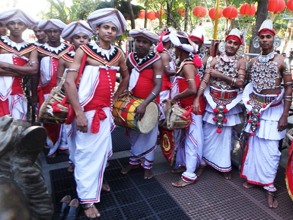 スリランカの伝統舞踊、キャンディアンダンスの音楽隊とダンサーたち。コロンボに到着した日にガンガラーマ寺院に行ってみると、ラッキーなことに丁度パレードが行われていました♪