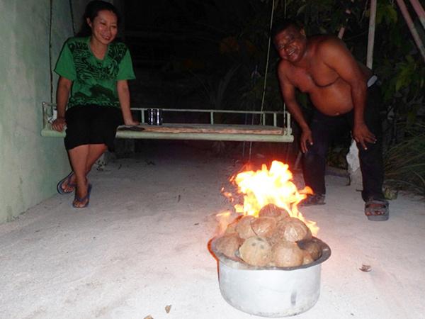 モルディブでのバーベキューの燃料はココナッツの皮!! いい香りがして美味しく焼けます♪ 宿とシアームさん宅の間にある大きなブランコは乗り心地が抜群で、いつも話をしながら3人で揺られていました