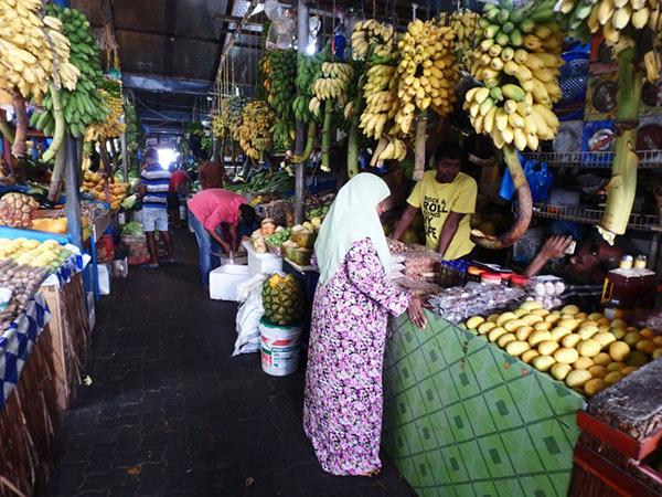 魚市場の向かいにある青果市場。すぐ横の船着場では、船から次々に野菜や果物が下ろされていました