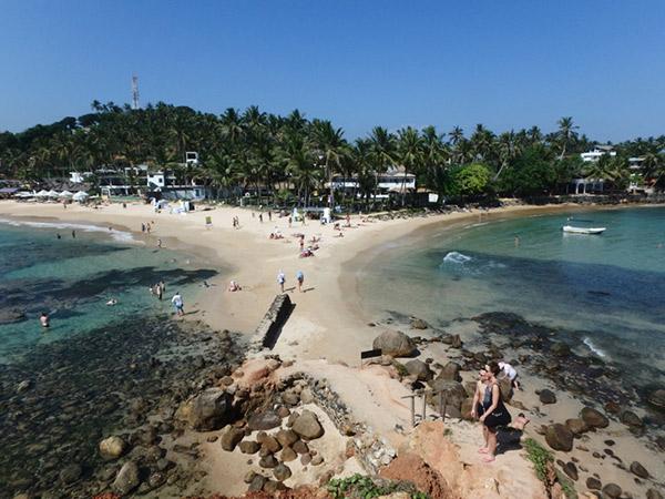 欧米人に大人気のビーチリゾート、ミリッサ。波が高い美しい海では、サーフィンを楽しんでいる人も。町はとても小さいのですが、メインロード沿いには物凄い数のゲストハウス看板が立てらてれいました