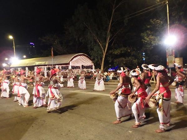 激しい太鼓のリズムに合わせて、歌いながら迫力のある伝統舞踊を舞うキャンディアンダンスのダンサーたち