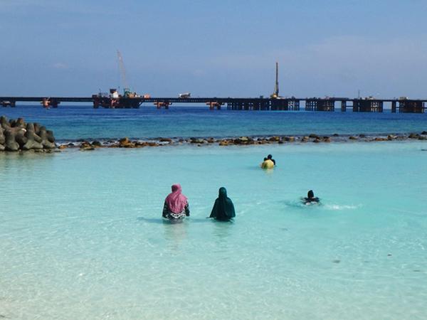 マレの東側にある人工ビーチで、服を着たまま泳いでいる女性たち。先の方に写っているのはマレから空港のあるフルレ島へと続く建設中の橋