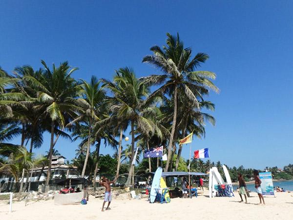ミリッサの砂浜でバレーボールを楽しんでいるビーチボーイ(?)たち。ここはホエールウォッチングの拠点となる町で、11〜4月はベストシーズン。浜辺に立てられたボードには、今日見ることが出来たクジラやイルカの数がカウントされていました