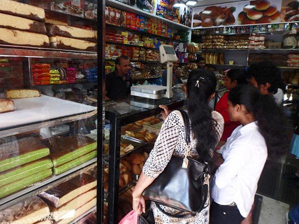 街中のパン屋さん。バスターミナルがあるメインストリート沿いには商店や食堂、スーパなどが並んでいて、地元の人や旅行者で賑わっていました