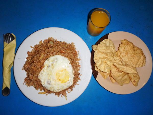 モルディブでよく食べていたのは、ツナがゴロゴロ入っている醤油味のフライドライス、ツナライス Tuna Rice。グリ島やビリンギリ島でも食べましたが、安くて美味しくてボリューム満点だったのはマレの空港行きフェリー乗り場の近くにあるBOAFOLHI CAFEで食べたものでした♪マンゴージュースと豆や米粉で作られるお煎餅のようなパパドが付いて50ルフィア(約370円)