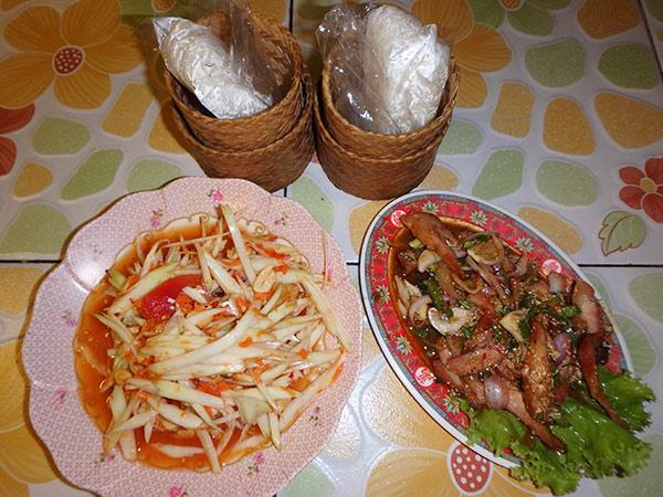 """大好きな青パパイヤのサラダ""""ソムタム""""と豚とハーブのサラダ。餅米と一緒に美味しくいただきました♪"""