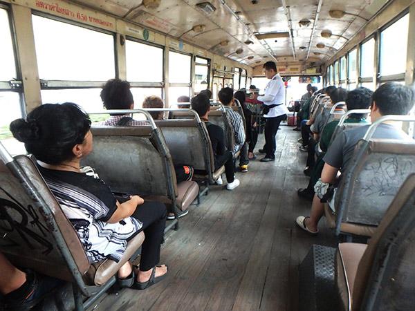 バスの運賃は車掌さんに支払う。エアコン無しのバスは運賃がビックリするほど安い