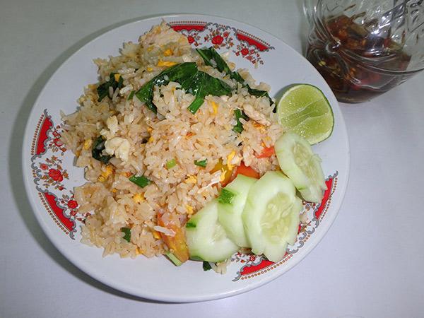 タイの美味しいチャーハン、カオパット。お好みでナンプラーをかけライムを絞っていただきます