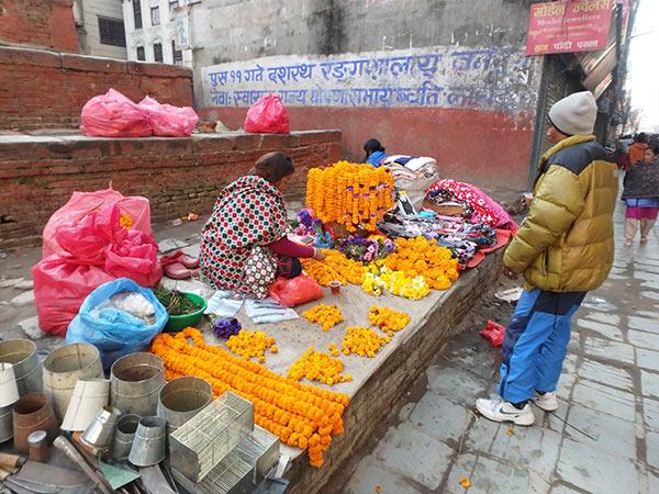 お供え用の花を売る露店