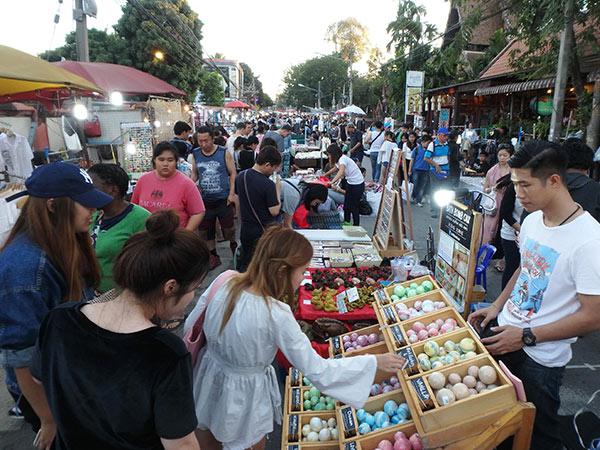 旧市街で日曜日の夕方から開催されるマーケット