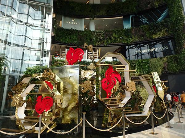 サヤーム・パラゴンのエントランス。2017年のタイの干支も酉のようです
