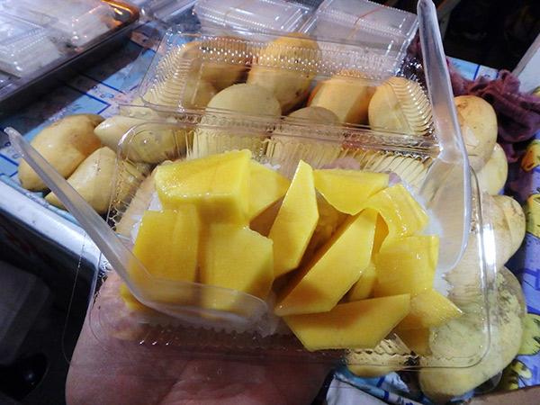 マンゴーと甘い餅米にココナッツミルクをかけていただくタイのスイーツ、カオニャオ・マムアン。予想外に美味しくてビックリ!