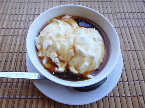 """水牛のヨーグルト""""Curd""""カードにキトゥル・バニという蜜をかけたデザート。一皿約150円。味は濃厚で美味しく、ボリューム満点!!"""