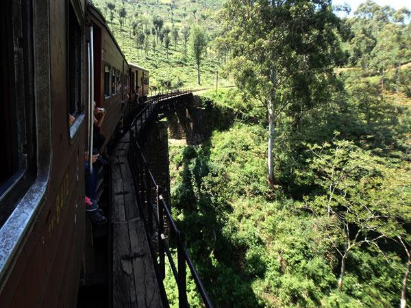 列車はトンネルを通ったり、古そうな鉄道橋を渡ったり。景色はどんどん変わっていきます。座席の乗り心地も良いです