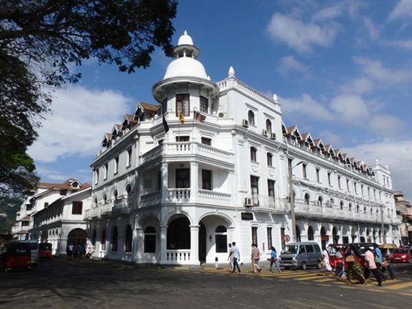 仏歯寺の正面に立つコロニアル建築のクイーンズ・ホテル Queen's Hotel。毎年7月から8月に行われるペラヘラ祭では絶好の観覧場所になるそうです