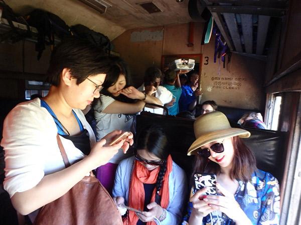同じ車両に乗っていたのは、中国人の旅行者ばかり。立っている人も遠慮なく、座っている人の間に割り込んできて、窓から顔を出して写真を撮りまくっていました。さすがです!
