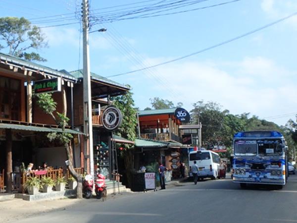 エッラのメインストリート沿いには小洒落たカフェやレストランが並んでいて、欧米人の旅行者たちが優雅なランチタイムを過ごしていました