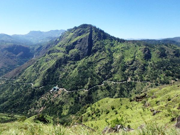 リトル・アダムス・ピークの頂上からは巨大な岩山エッラ・ロック Ella Rockを望むことが出来ます。村の中心地から頂上までは、のんびり歩いて約2時間。頂上付近はかなり急な山道なので、ビーチサンダルよりも靴が良いです