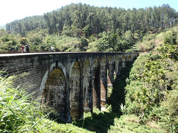 イギリス植民地時代に建設された鉄道橋 ナイン・アーチ・ブリッジ Nine Arch Bridge。ここも村の中心から歩いて行くことが出来て、道標を見ながら未舗装の山道や民家の裏を通って到着。1時間後に列車が通ると教えてもらいましたが、お腹が空いていたので帰ることに。 今度は、森の中の小さな小道を通って村に戻りました