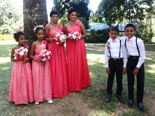 可愛らしいブライズメイトたち。華やかなサーモンピンクのドレスがとても似合っていました♪