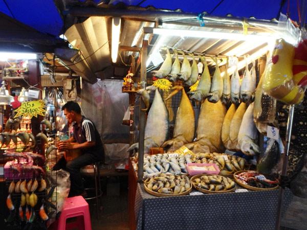 リアルな魚のぬいぐるみ(?)やキーホルダーを売っているお店。プラートゥーと呼ばれる魚はアムパワーの名産品