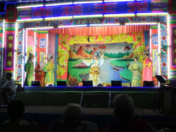 宿の近くのお寺の前で行われていた中国京劇。観覧は無料で、生演奏や豪華な衣装を楽しむことができました♪
