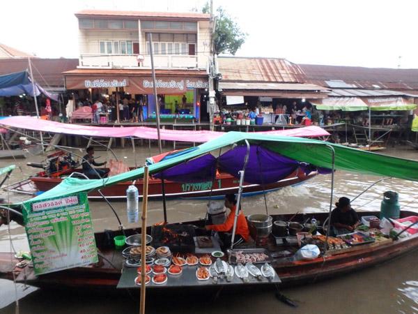 週末は観光客が多く、食堂船がたくさん出ていました