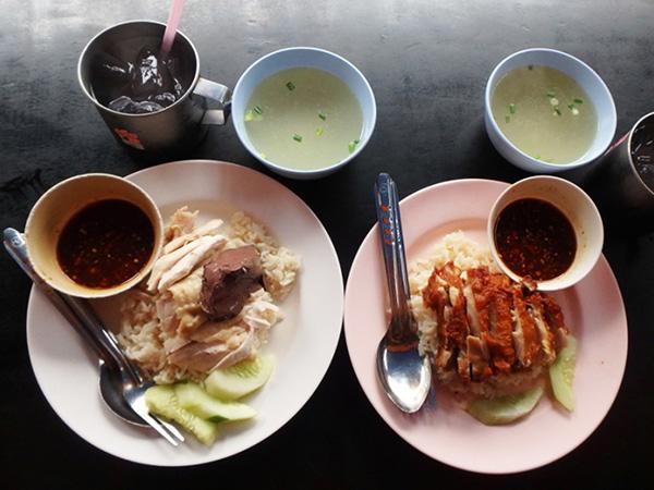 毎日の朝食は美味しい蒸し鶏のせご飯のカオマンガイか、揚げ鶏のせご飯カオマンガイトー。これを食べて元気に買い付けの繰り出します!
