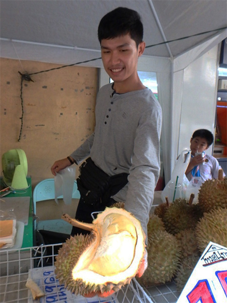 今はドリアンが旬の季節。1Kgあたり(皮ごと) 100バーツで売られていました。こんなに美味しい物が日本にないなんて、とっても残念!