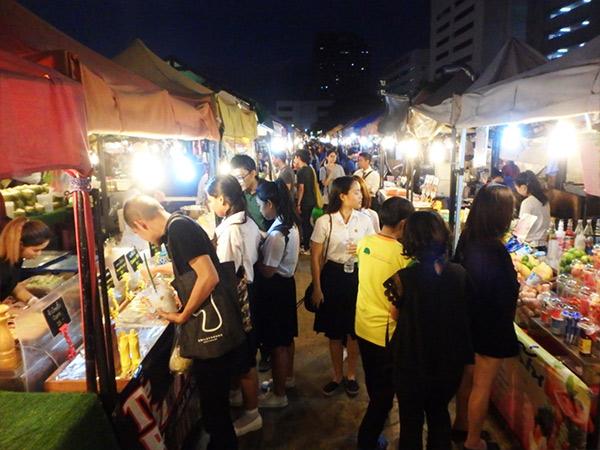 多くの人で大賑わいのナイトマーケット。魅力的な屋台がたくさんあって食べ歩きが楽しめます♪