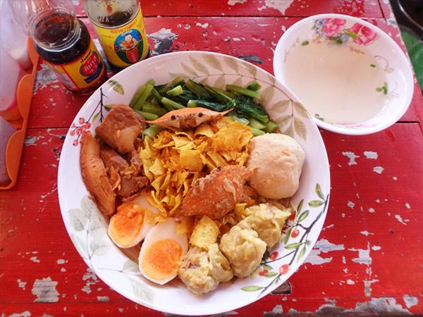 タイ人に人気のお店で食べた珍しい料理。大きな具の下には、細麺のイエローヌードルがどっさり!一皿を2人で食べて満腹になりました