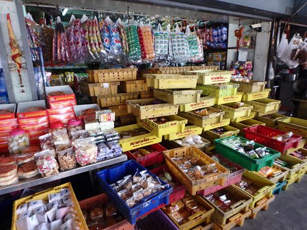メークロン市場のパン屋さん。袋入りのパンが入ったケースが通りに積み重ねられていました