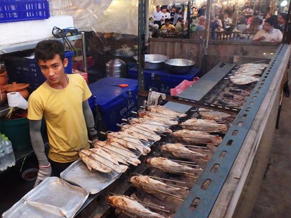 タイ人や中国人に大人気の炭火焼の大きな魚