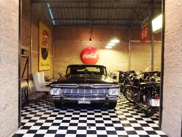 レンガ造りの大きな倉庫の中に、格好良いクラシックカーが何台も飾られていました